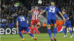 Saúl cabecea el balón en la acción del gol al Leicester.