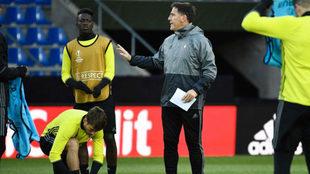 Eduardo Berizzo da instrucciones a sus jugadores en el entrenamiento...