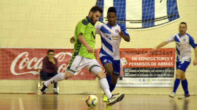 Darlan controla el balón ante la presencia de Everton.
