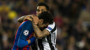 Alves consuela a Neymar.