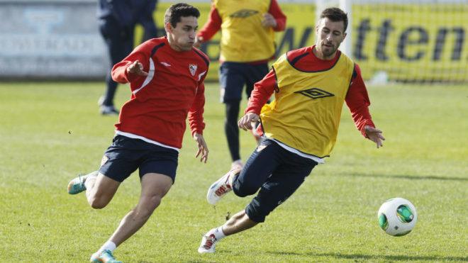 Jesús Navas y Antonio Luna, en un entrenamiento con el Sevilla en la...