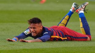 Neymar cae en un lance del juego durante un partido