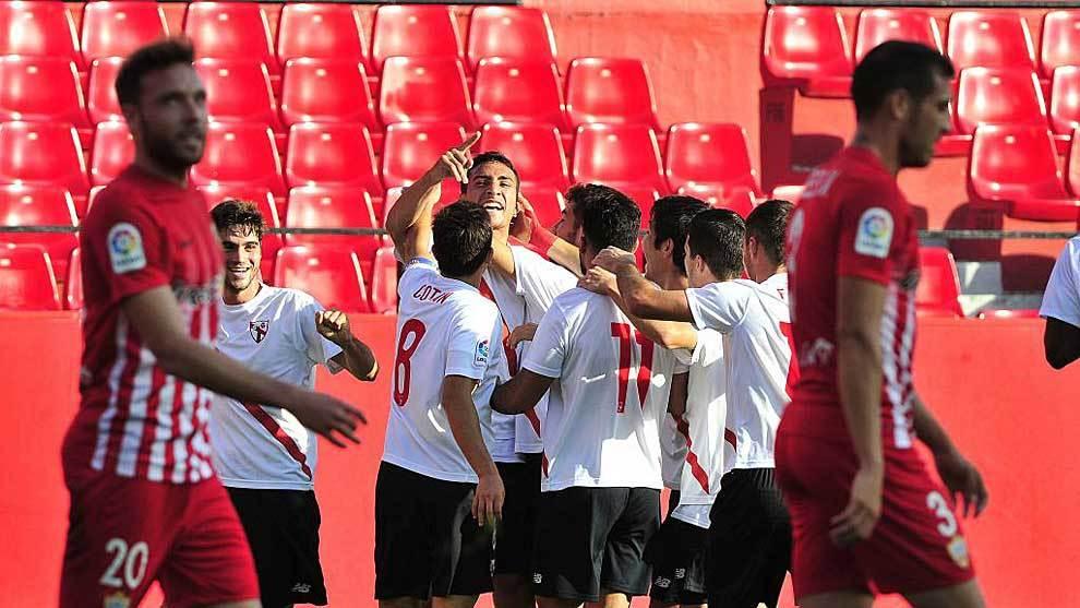 Cristian González celebra con sus compañeros el gol que doblegó al...