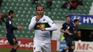 Nino celebra su gol con el Elche al UCAM Murcia en el Martínez Valero...