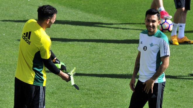 Petros, en un entrenamiento junto a Antonio Adán.