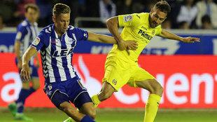 Mario Gaspar lucha por un balón con Marcos Llorente