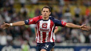 Chicharito celebra un tanto anotado con Chivas durante su etapa en el...