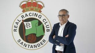Antonio Martínez, posa con el escudo del club cántabro.