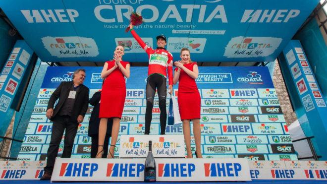 Jaime Rosón, en el podio como nuevo líder de la Vuelta a Croacia.