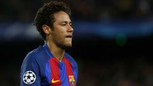 Neymar, con gesto contrariado