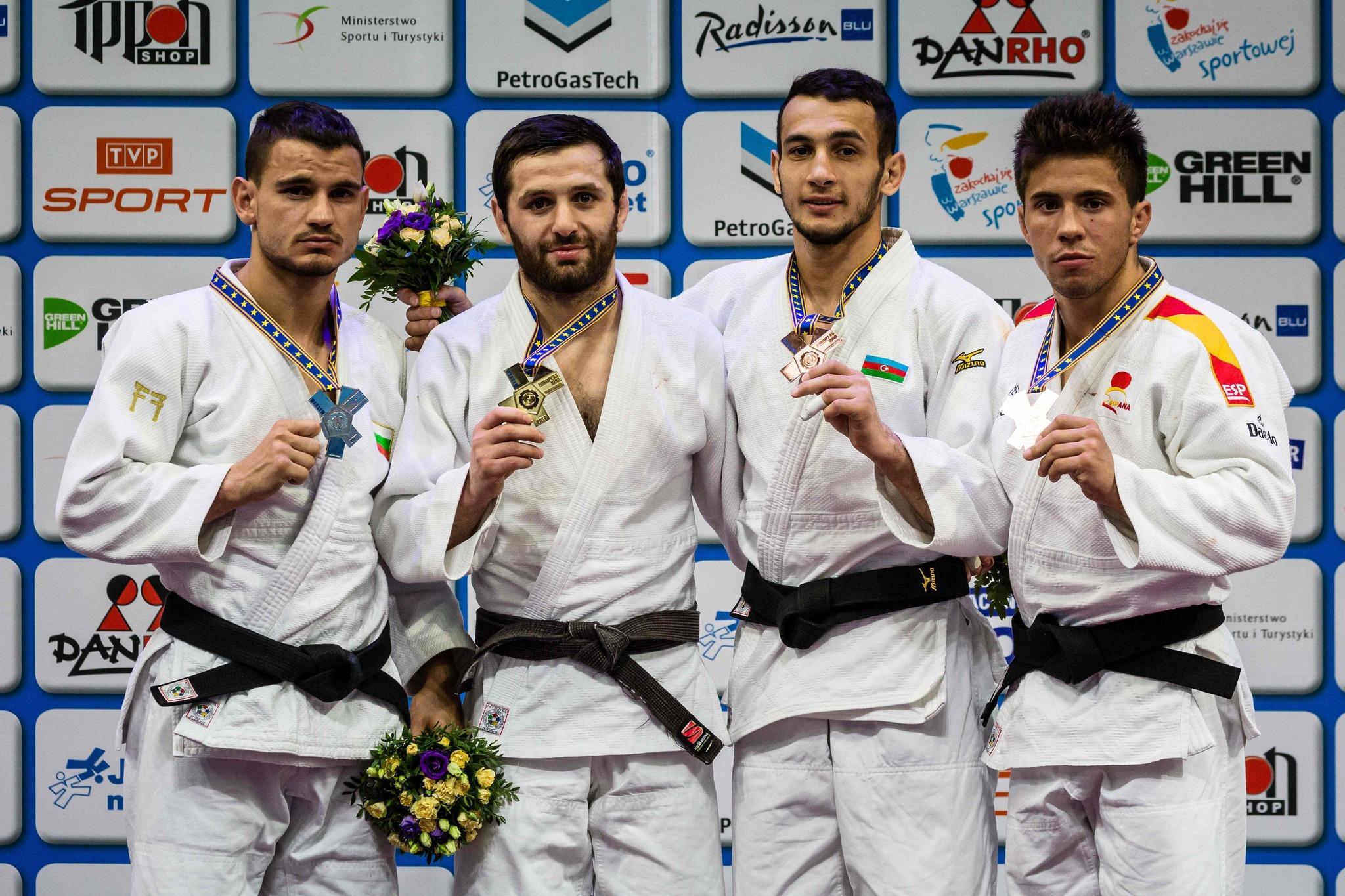 Fran Garrigós, el primero por la derecha, con el bronce.