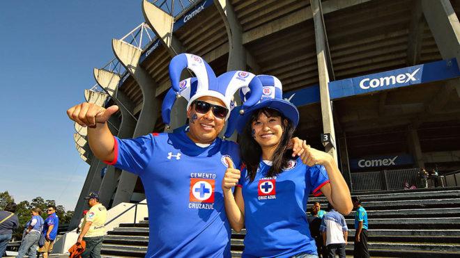 Aficionados celestes, en el estadio Azteca.