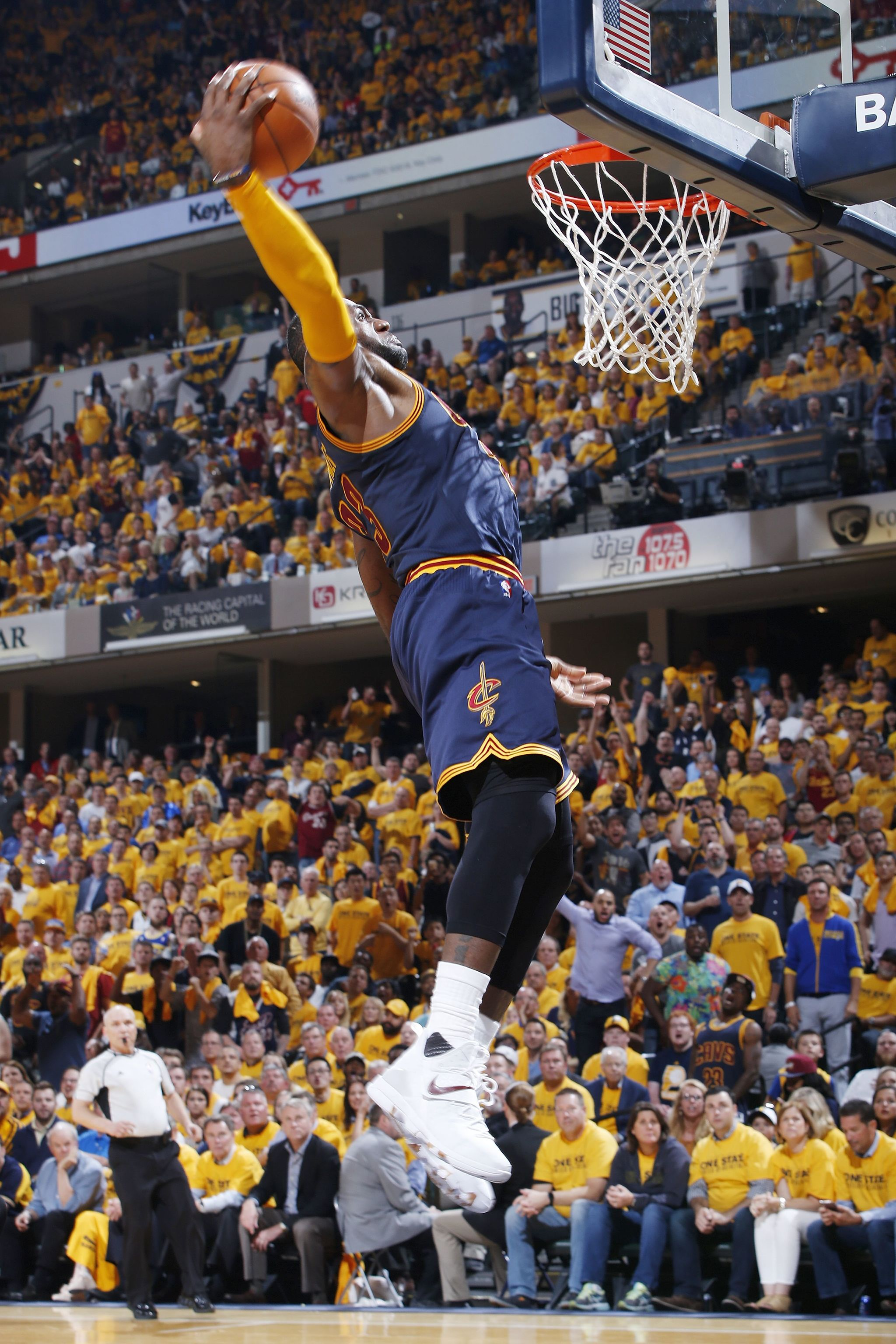 LeBron James machacando el aro de los Pacers