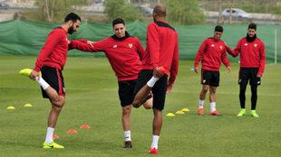 Varios jugadores hacen estiramientos, entre ellos Rami y Nasri.