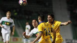 Bakic disputa el balon ante Pedro y su compañero Bellvis en el...
