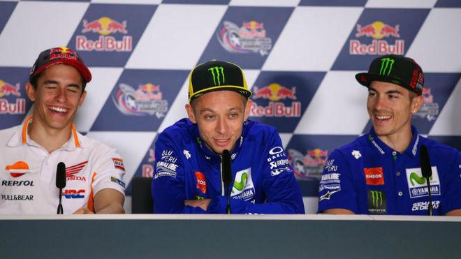 Márquez, Rossi y Viñales se ríen durante la rueda de prensa previa...