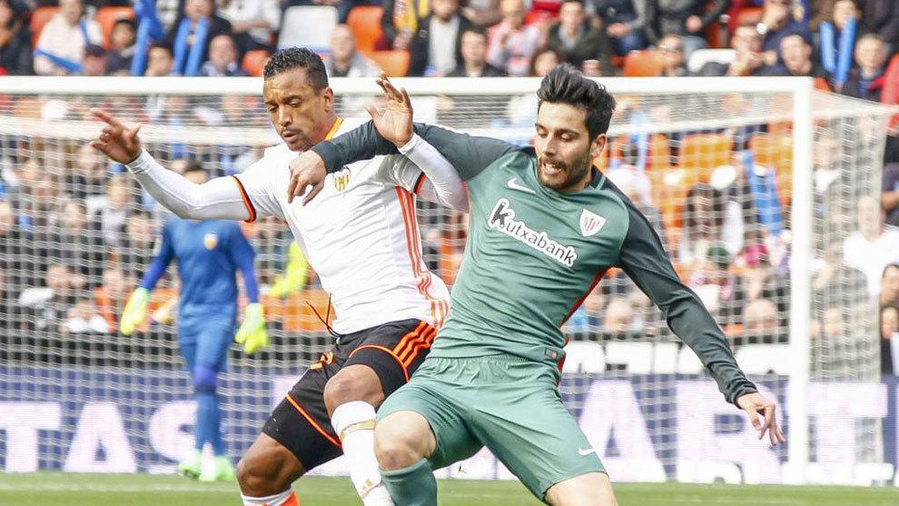 Bóveda pelea con Nani en el último Valencia - Athletic