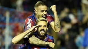 Roger y Morales celebran uno de los 48 goles que lleva anotados el...