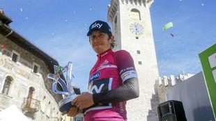 Geraint Thomas posa con el trofeo de ganador del Tour de los Alpes.