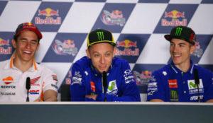 M�rquez, Rossi y Vi�ales se r�en durante la rueda de prensa previa...