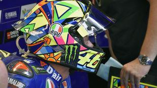 Valentino Rossi, en su box