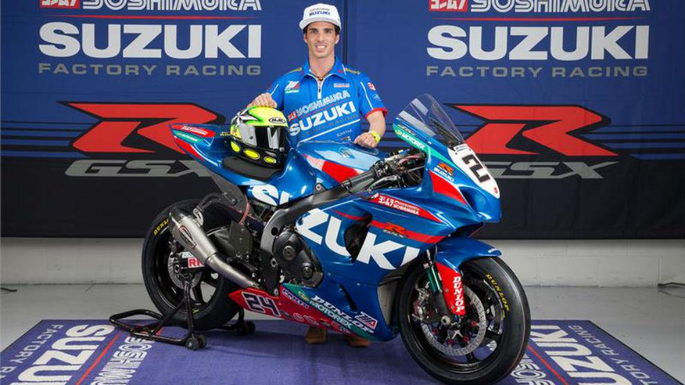 Toni Elías, piloto español posando con la Suzuki