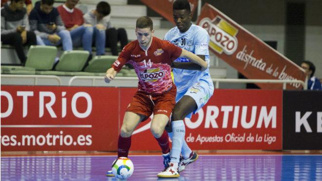 Fernando protege el balón ante la presencia de Hélder.