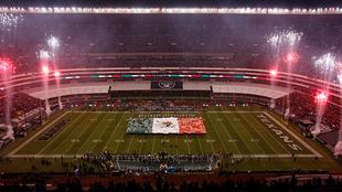 Mosaico de México durante en juego de temporada regular entre Raiders...