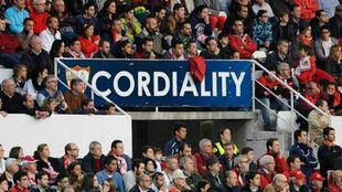 Las gradas del Estadio Ramón Sánchez-Pizjuán muestran mensajes de...