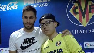 Federico cumple su sueño de conocer a los futbolistas del Villarreal.