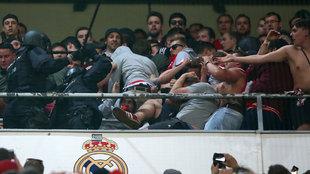Policías españoles cargan contra aficionados del Bayern en el...