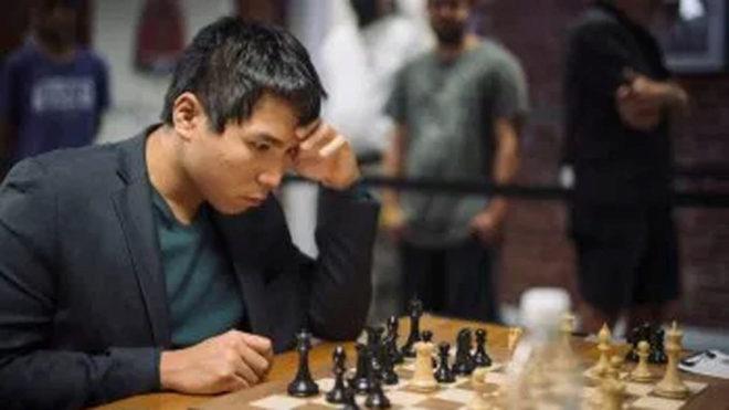 Wesley So durante una partida de ajedrez.