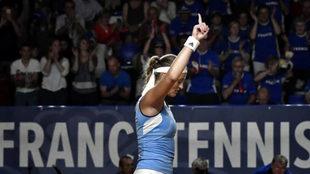 Kristina Mladenovic celebra su victoria ente Silvia Soler.