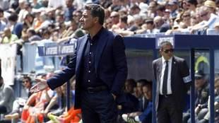 Míchel da una indicación en el partido contra el Valencia.