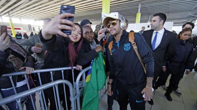 Neymar, a su llegada a Par�s para jugar un partido de Champions.