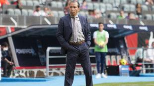 José Guadalupe Cruz, dirigiendo a sus pupilos en el estadio Jalisco.