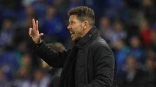 Simeone dando indicaciones a su equipo en un partido de Liga