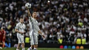 Cristiano, con el bal�n por el triplete del Bayern.