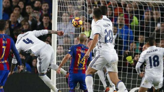 Ramos marca de cabeza en el Camp Nou.