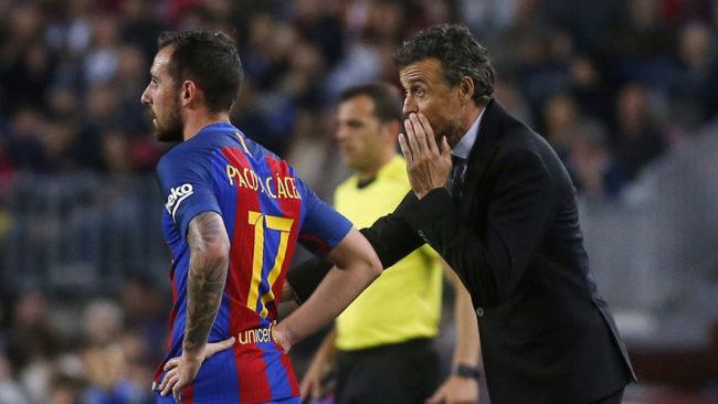 Luis Enrique da indicaciones a Paco Alc�cer durante un partido de...