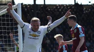 Rooney celebra su gol al Burnley.