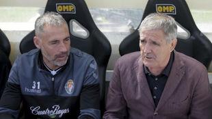 Paco Herrera y Ángel Rodríguez dialogan antes del partido contra el...