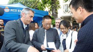 Ram�n Robert y Chen Yansheng junto a varios consejeros en el stand...