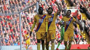 Benteke celebra uno de sus goles al Liverpool.