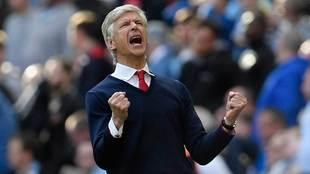 Wenger celera uno de los goles de su equipo.