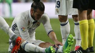 Bale, lesionado en el césped del Bernabéu.