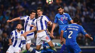 Los jugadores del Porto, este domingo, ante el Feirense