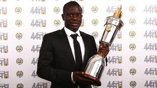 Kanté, con su premio a Mejor Jugador de la Premier.
