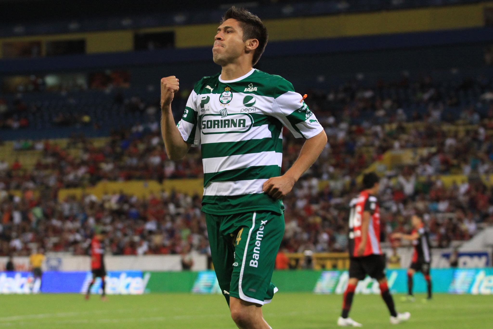 Oribe Peralta en su época en Santos.