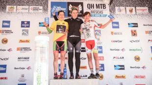 Claudia Galicia, en el podio, junto a Susana Alonso y Mercé Pacios.